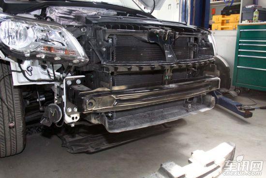 上海大众途观   CR-V保险杠结构仅有一层金属保险杠设计,当车辆发生撞击时通过保险杠的金属变形把冲击力尽量缓解。保险杠主要还是保护发动机舱的重要部件,以减少维修成本。高速碰撞时保险杠的防护作用也仅仅只有5%,没有塑料泡沫防护层设计在低速碰撞时对行人保护不佳。