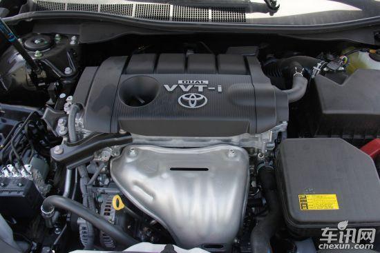 动力方面,新凯美瑞一共具有3种动力总成,包括两个汽油机和一款混动系统。其中2.0发动机为1AZ-FE改进型,具有VVT-i技术,最大功率输出普通版为148马力(109kW),运动版为150马力(110kW),峰值扭矩均为190N·m。2.0发动机的输出比老款147马力略有提升。传动系统相配备的是4速自动变速器,运动版车型带换挡拨片。
