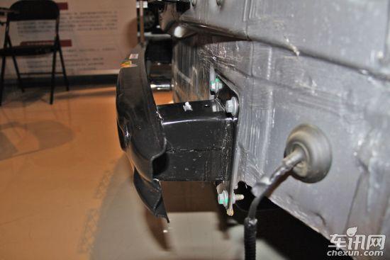 迈腾后保险杠结构由保险杠外皮和带吸能盒金属杠铁组成,后纵梁与