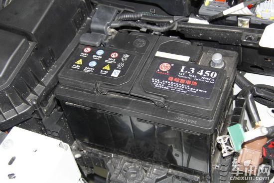 东风标致508蓄电池   东风雪铁龙回复:其实我们和508使用的电瓶是一样的,508上面的那一块是BPGA模块,里面涵盖了对蓄电池的检测以及电源的分配。而在C5上我们在蓄电池后面有一个8路的保险丝盒用来分配电源,布置简洁而且可靠。   拆车坊问题三:C5后排座椅下方没有填充隔音棉或者隔音垫,而508座椅下方填充一块质地较好的隔音垫,请问类似的部件设计(一样的地板填充材料,一样面积的沥青止震板)C5没有填充隔音垫是出于何种考虑?贴上此隔音垫隔音效果是否会更好的提升呢?