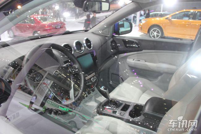 """车内将采用了电子手刹,配有12.1寸全液晶仪表盘、360度全景影像系统、夜视系统、500G移动硬盘""""影音魔方""""多媒体系统,另外还将搭载定速巡航、智能手表钥匙、位置记忆系统、ESP以及胎压监测系统。比亚迪最新研发的PM2.5绿净技术(可改善车内空气质量,具有车内空气过滤、杀菌、除臭等净化功能)也将运用到S7上。"""