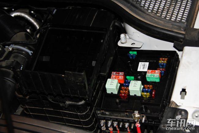 差异点:1,rav4保险盒内有标示,野帝保险盒内无标示.