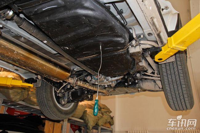 """编辑总结:最后我们用""""喜忧参半""""一词来形容RAV4的拆解内容。""""喜"""":通过前保险杠外皮内隐藏的行人腿部防护梁,得以看出RAV4车型设计是以人为本为导向;通过整车较少使用沥青材质止震板,得以看出门板、顶棚合理的止震设计;通过优秀的整车电缆防护,得以看出丰田厂家在车型细节方面的处理非常用心。 """"忧"""":通过简陋的底盘防腐工艺,得以看出RAV4成本控制的有些过分;通过铁质油箱的配备以及电瓶的选择,得以看出厂家技术更新太过缓慢。"""