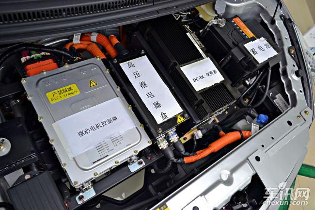 报道】众泰纯电动车云100今日在长沙正式上市,该车在满电情况下续航里程可以达到150km。目前该车已进入国家新能源车推广目录,上市后便可以享受国家4.75万补贴,及各地政府不同级别的补贴(北京地区补贴为4.75万元),新车售价为15.89万元。     外观方面,众泰云100造型与Z100车型基本相同,新车前进气格栅采用了大嘴式设计,并配有多幅条装饰,前大灯组采用了黑底设计。     云100的电池组被设置在底盘下方,整车质量为968公斤。尺寸方面,云100的长宽高分别为3559mm/1620mm/147