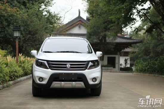 """作为国内首款""""加大号城市SUV"""",景逸X5满足了消费者对SUV高性能和高舒适的双重需求,以7.99万元的起售价给年轻消费者带来了""""动静皆舒适""""的SUV驾车感受。景逸X5在通过性、安全性等方面达到了专业级SUV标准,购车者可同时享受更强动力、更舒适驾乘和更优质配置。"""