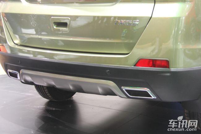 """外观方面,力帆迈威的前脸采用六边形进气格栅设计,中央宽大的黑色装饰条上标有""""LIFAN""""英文字符,整体感觉硬朗而富有张力,但各细节的融合度略感欠缺。侧腰线的走向比较动感,上下双腰线的设置也让车侧看上去更加丰满。车尾同样延续硬朗的风格,多为平直的硬线条处理,两侧共双出的尾排设计也增添了几分运动感。"""