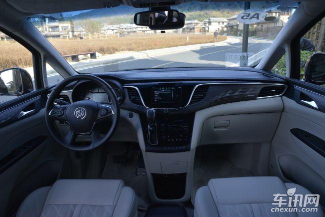 中控台同样是展翼造型,木纹饰板加上流畅的镀铬饰条,大大提升了车内档次感;软包覆材质搭配缝线工艺,带来极佳的触感。配置方面,全新GL8全车共配备了8安全气囊,全系标配儿童座椅接口、胎压监测、安全带未系提示等安全配置;并配有ABS防抱死、博世ESP9.1电子稳定控制系统、上坡辅助、陡坡缓降、自动驻车、倒车雷达、一键启动等。 销售热线 152-0141-7955 李经理