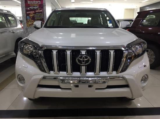 2017款丰田霸道2700参数:级别为中大型SUV,发动机为2.7L,163马力L4,6速手自一体变速箱,长*宽*高为4780x1885x1890mm,车身结构为5门7座SUV,实测0-100km/h加速为15.06s,实测100-0km/h制动为42.79m,轴距为2790mm,前轮距为1585mm,后轮距为1585mm,整备质量为2140kg。2017款丰田霸道2700开创了豪华SUV之先河,备受媒体和消费者好评,将助您征服每一段跨越巅峰的旅程。原装进口2017款丰田霸道2700坚固的车架、可靠的传