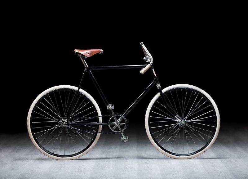 复制这辆经典的SLAVIA自行车,是一项艰巨的工程。由于无法找到原型参考,只能根据老照片绘制这辆老式两轮自行车的尺寸、角度和其它设计细节。从研究传统工艺到具体实施重造,耗时4个月左右。虽然艰难,但付出得到了回报:这辆完全忠于原作的自行车,看上去就像是刚从劳林·克莱门特(Laurin & Klement)自行车厂下线一般,性能出色。和原版一样,这辆SLAVIA没有齿轮,甚至没有刹车,不具备任何现代公路自行车的配件。所以,这次参赛将是一次真正的挑战。斯柯达向Vidim提供了最新款速