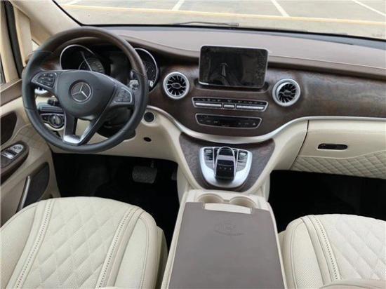 奔驰V250迈巴赫VS680商务车家族化设计的LED大灯非