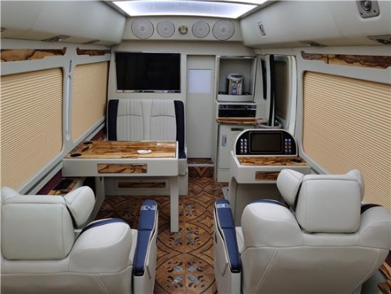 新款丰田考斯特11座像家庭房车一样舒适