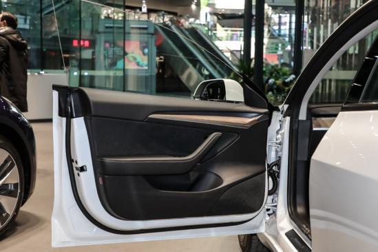 新增双�层玻璃/电动尾门!新款Ψ 特斯拉�|Model 3值不值